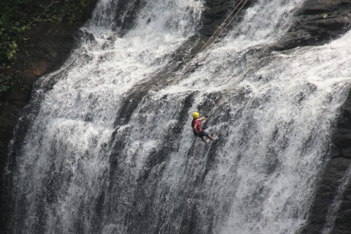 vihigaon-waterfall-rappelling